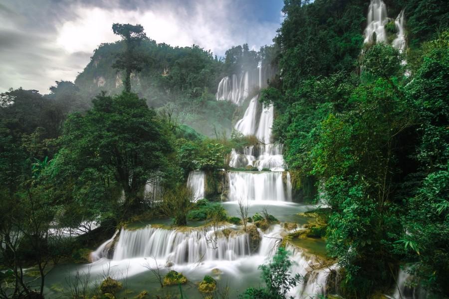 Impresionantes cascadas entre los árboles (Tailandia)