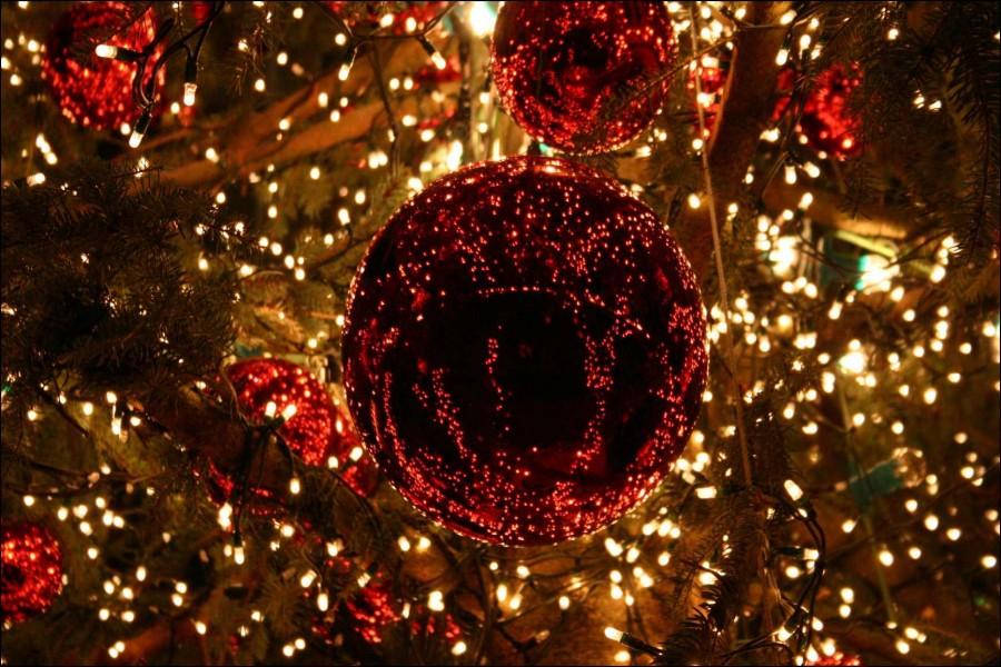 Bolas brillando en un árbol de Navidad