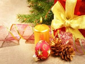 Vela junto a unos adornos navideños