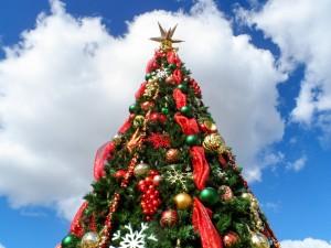 Nubes sobre un árbol de Navidad