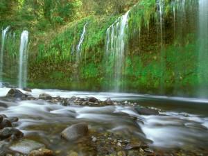 Agua cayendo al río