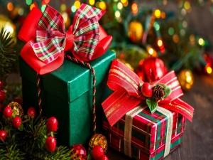 Regalos para Navidad envueltos en papel rojo y verde