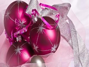 Arreglo navideño con bolas rosas y cintas