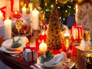 Mesa decorada para las próximas fiestas navideñas