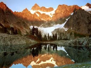 Pequeño lago entre montañas