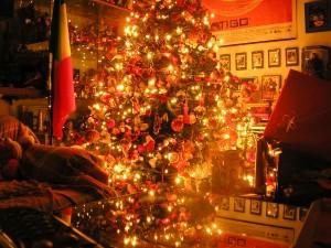 Árbol cubierto de adornos navideños
