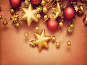 Estrellas doradas y bolas rojas para Navidad