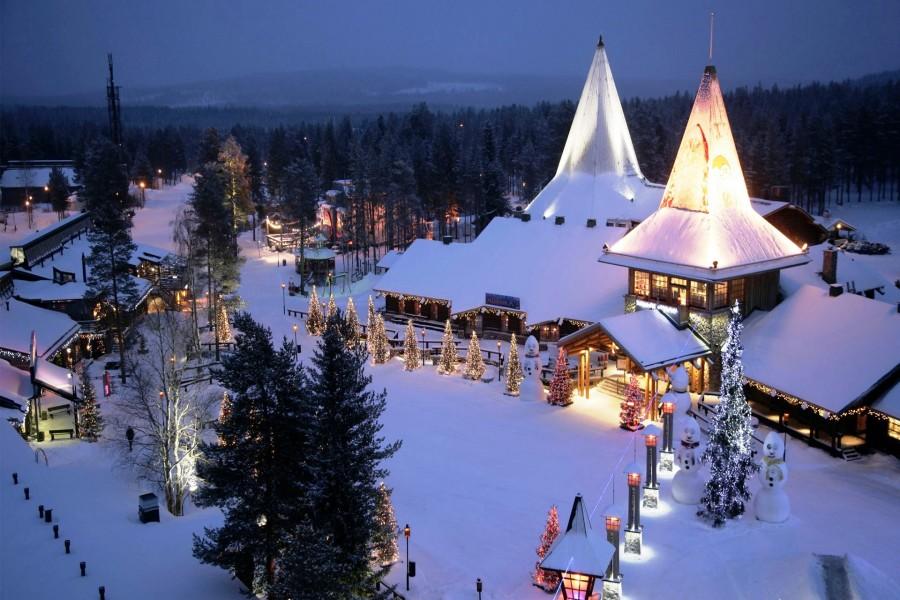 Hermoso lugar cubierto de nieve en Navidad