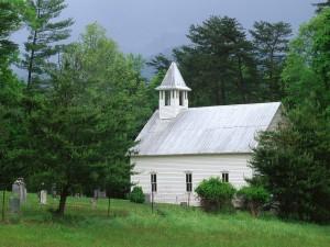 Pequeña iglesia rodeada de árboles