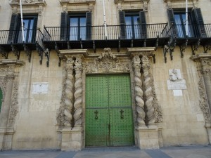 Puerta de entrada al ayuntamiento de Alicante