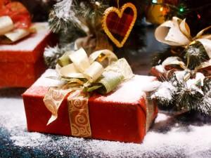 Regalos de Navidad cubiertos de nieve