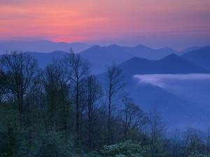 Bonito paisaje montañoso al amanecer