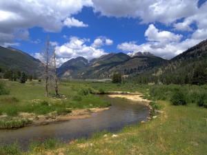 Río bajo unas montañas