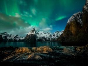 Aurora boreal sobre el lago de montaña