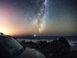 Vía Láctea en el cielo nocturno sobre el mar