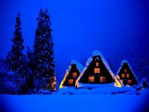 Casas iluminadas en una noche de frío invierno