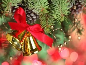Campanas colgadas de un arbolito de Navidad