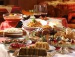 Mesa repleta de comida