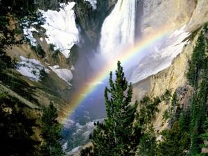 Arcoíris junto a la cascada