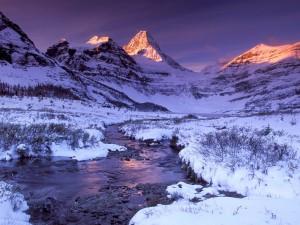 Nieve junto al río y las montañas