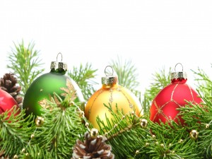 Bolas de Navidad entre ramas de pino y conos