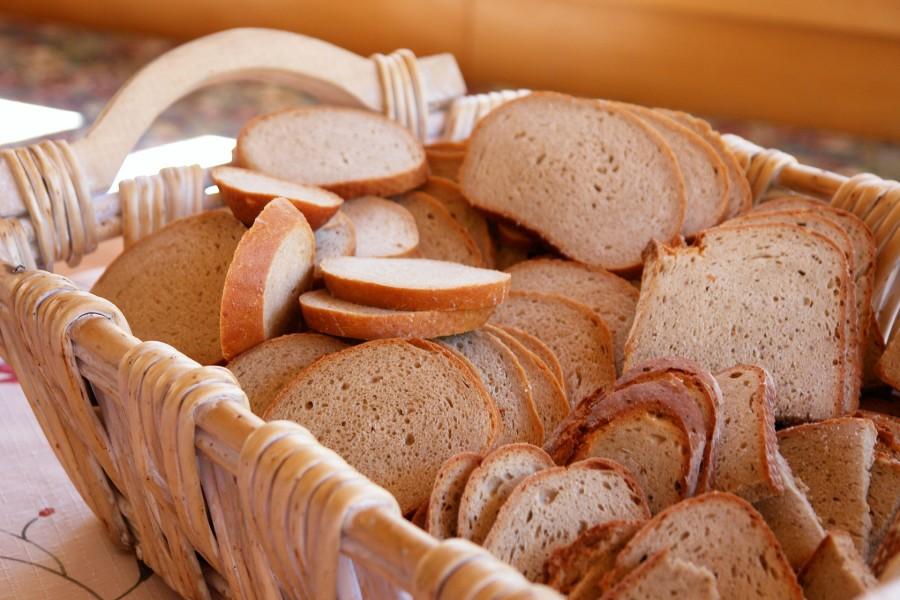 Rebanadas de pan en una cesta