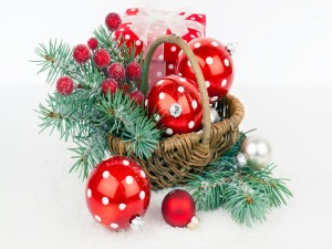 Cesta con bolas, ramas y regalo para Navidad