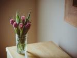 Jarrón con tulipanes sobre una mesa