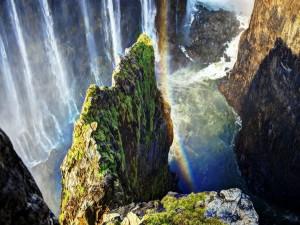 Arcoíris sobre la cascada