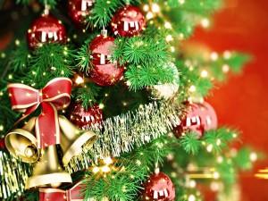 Adornos rojos y dorados en el árbol de Navidad
