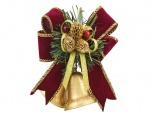 Hermosas campanas de Navidad adornadas con un moño y conos