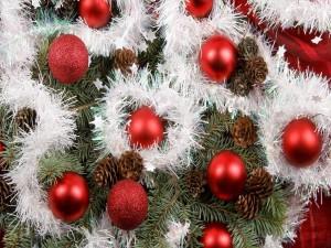 Bolas rojas y conos en un árbol de Navidad