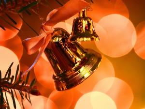 Campanas doradas en el árbol de Navidad