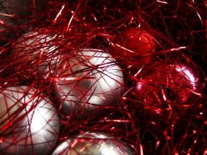 Bolas de Navidad con cintas rojas