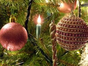 Bolas y luces en las ramas de un árbol de Navidad