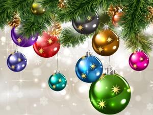 Bolas de colores en el árbol de Navidad