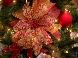 Bolas y lazos en el árbol navideño