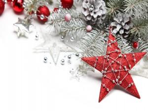 Estrella roja junto a otros adornos de Navidad