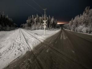 Carretera y vías de ferrocarril en invierno