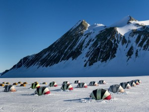 Tiendas de campaña al pie de las montañas