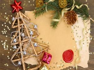 Elementos decorativos de Navidad junto a unas tarjetas