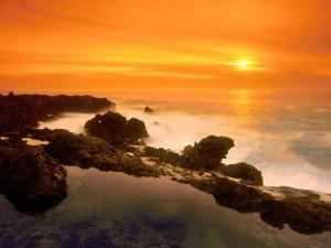 Sol iluminando el cielo y el mar