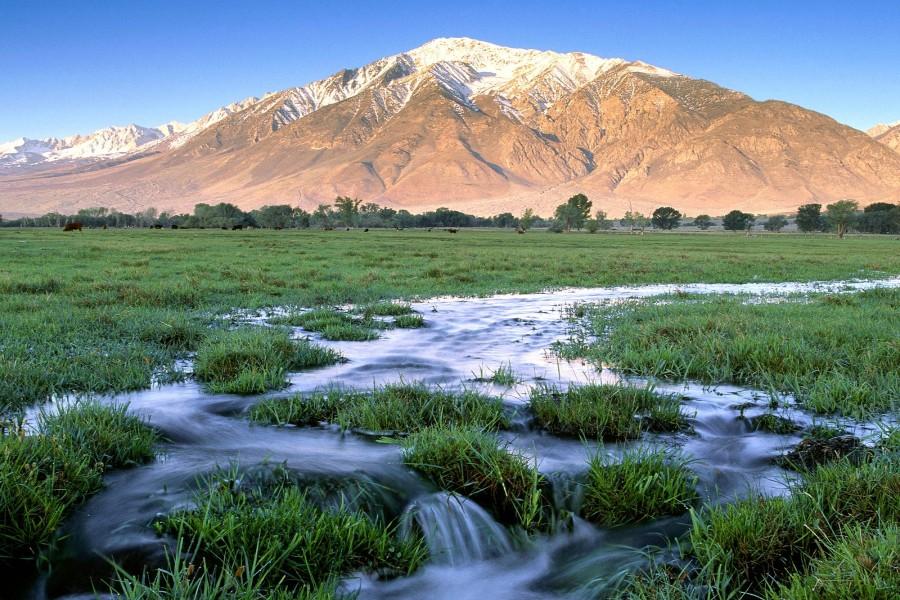 Agua fluyendo bajo la montaña