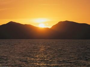 Sol tras las montañas