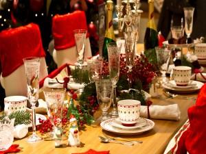 Gran mesa preparada para festejar la Navidad