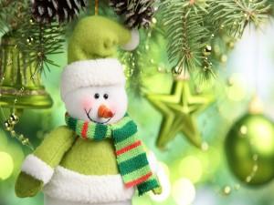 Muñeco de nieve colgado del árbol de Navidad