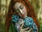 Mujer pelirroja con un ramo de hortensias