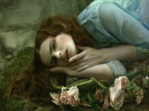Mujer tumbada junto a unas flores