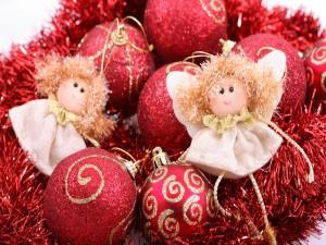 Ángeles y bolas rojas para Navidad