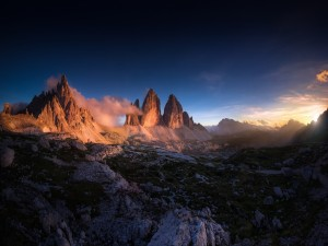 El sol alumbrando los picos montañosos